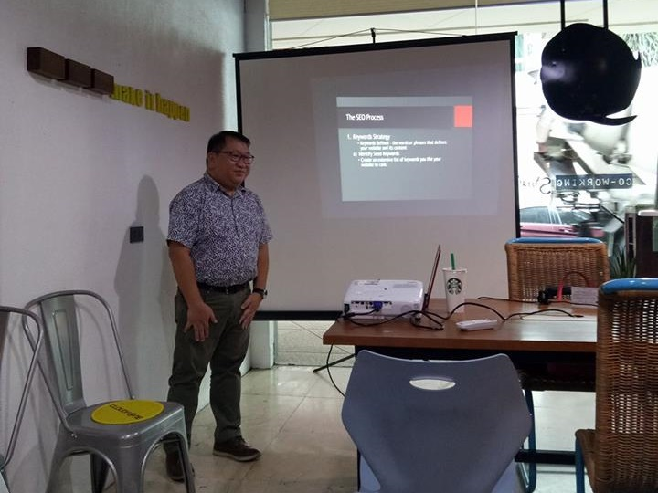 Alwin Aguirre conducting SEO 101 for Bloggers training